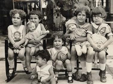 Niñas con muñecas. Fondo 147. María Rosa Ortiz de Bredée. Archivo Juan Agustín de Espinoza, SJ. Ibero Torreón. (AHJAE)